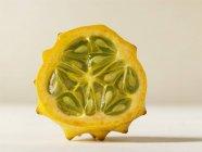 Fresco La mitad de la fruta kiwano - foto de stock