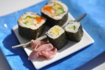 Sushi maki assortis avec gingembre mariné — Photo de stock