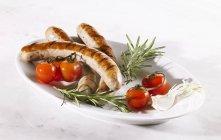 Gegrillte Würstchen mit frischen Tomaten — Stockfoto