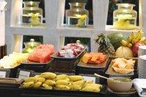 Frisches Obst auf ein Frühstück vom Buffet Interieur — Stockfoto
