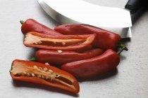 Красный перец с mezzaluna — стоковое фото