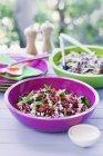 Kale Salat in bunten Schalen — Stockfoto