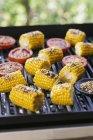 Maiskolben auf dem Grill — Stockfoto