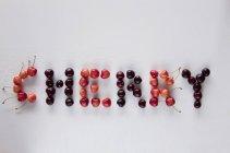 Вишня слово написано з вишнями — стокове фото