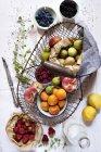 Выдвижные корзины с свежие летние фрукты — стоковое фото