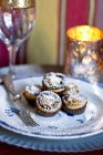 Mince pies dusted with icing sugar — Stock Photo