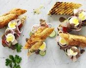 Яйце і смажена яловичина бутерброди — стокове фото