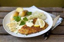 Schnitzel e asparagi bianchi — Foto stock