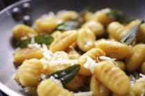 Gnocchi mit Salbei und Parmesan — Stockfoto