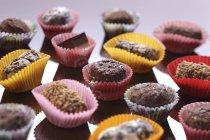 Chocolates rellenos en cajas de papel coloridas - foto de stock