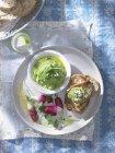Pea houmous with radishes — Stock Photo