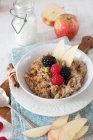 Ciotola di farina d'avena con mele — Foto stock