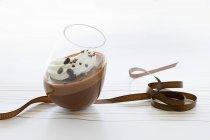 Mousse de chocolate con crema - foto de stock