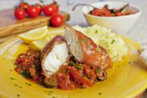 Merluzzo bianco avvolto in prosciutto con salsa di pomodoro — Foto stock