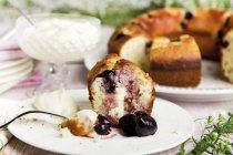 Torta allo yogurt con ciliegie — Foto stock