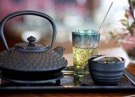 Крупним планом подання Натюрморт з чаєм, чорний чайник і чашки — стокове фото