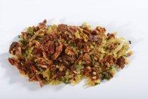 Сырая смесь болгура с сушеными овощами — стоковое фото