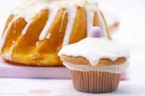 Bolo de Páscoa e bolo coberto com glacê de açúcar — Fotografia de Stock