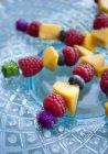Nahaufnahme von bunten Obstspießen — Stockfoto