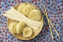 Surtido de fideos de arroz asiáticos - foto de stock