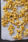 Palomitas de maíz caramelizadas en bandeja - foto de stock
