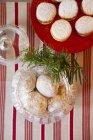 Вид сверху на печенье с маслом в банке и печенье с лимонным творогом — стоковое фото