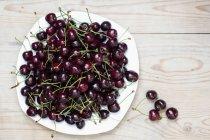 Спелые вишни на тарелку — стоковое фото