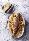 Trota al forno su letto di verdure — Foto stock