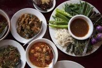 Assortiti di curry e un piatto di verdure con tuffo — Foto stock