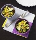 Tigelas de salada de milho grelhado — Fotografia de Stock