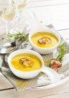 Каррі і кокосовим суп з буряком чіпсів — стокове фото