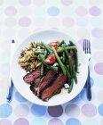 Agnello alla griglia con insalata di feta fagiolini — Foto stock