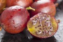 Grosellas rojas frescas con la mitad - foto de stock