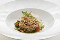 Wholemeal spaghetti with tarragon pesto — Stock Photo