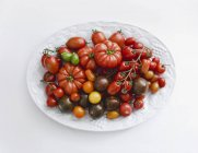 Varios tomates coloridos - foto de stock