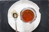 Glas Honig und einem Löffel — Stockfoto