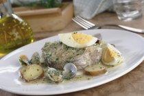 Merluzzo e patatine koskera sulla zolla bianca sopra tavolo — Foto stock