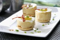 Purè di patate con le uova sulla zolla bianca — Foto stock