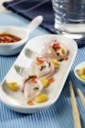 Vista del primo piano di Ceviche con pesce e verdure — Foto stock