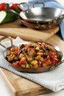 Chafaina prato frito com legumes na toalha sobre a mesa de madeira — Fotografia de Stock