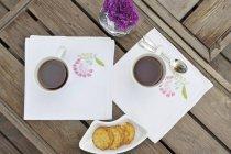 Galletas y dos tazas - foto de stock