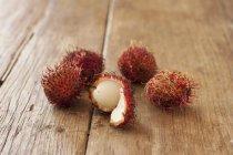 Rambutans maduros frescos - foto de stock