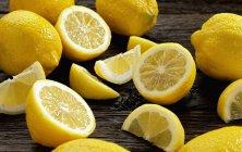 Свежие лимоны с половинками — стоковое фото