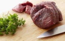 Carne crua e salsa fresca — Fotografia de Stock