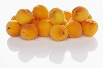 Куча свежих спелых абрикосов — стоковое фото