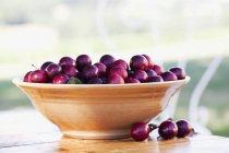 Ciruelas de cereza en tazón - foto de stock