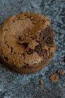 Vue rapprochée de soufflé au chocolat partiellement mangé — Photo de stock