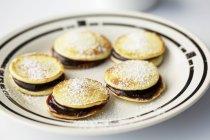 Crema pancakes ripieni di prugne cotte — Foto stock