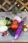 Свежесобранные овощи снаружи на деревянной поверхности — стоковое фото