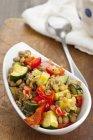 Insalata di lenticchie con zucchine e peperoni alla griglia — Foto stock